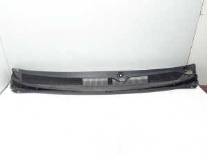 Front wiper mechanism trim to the glass